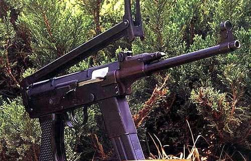 结构解析   79式冲锋枪的内部结构类似于56式冲锋枪,当枪弹击发后