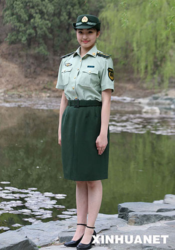 武警07式女警官短袖夏常服-武警部队8月1日全面换装 深橄榄绿为主色图片