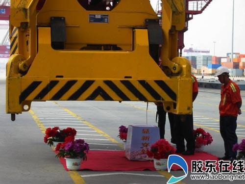 山东 青岛 正文    在青岛港前湾集装箱公司桥吊队,工人们给记者表演