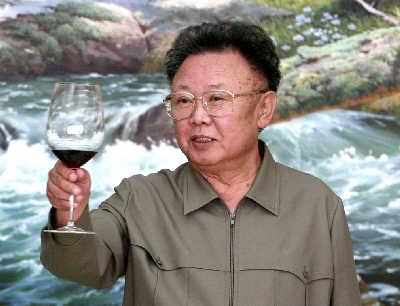 朝鲜最高领导人金正日在本次朝韩首脑会晤上敬酒,他公开否认患有糖图片