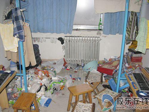 忙回家不搞卫生 某大学宿舍垃圾堆成山(图)