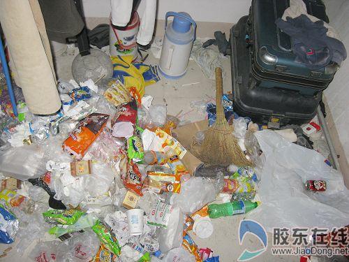 忙回家不搞卫生 某大学宿舍垃圾堆成山(图)图片