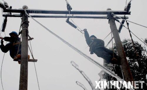 电力系统职工战斗在抢险第一线,南方电网公司也从广东,广西,云南等省