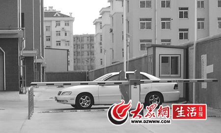 凯迪拉克轿车在小区内横放,正好堵住了小区车辆进出的道路.高清图片