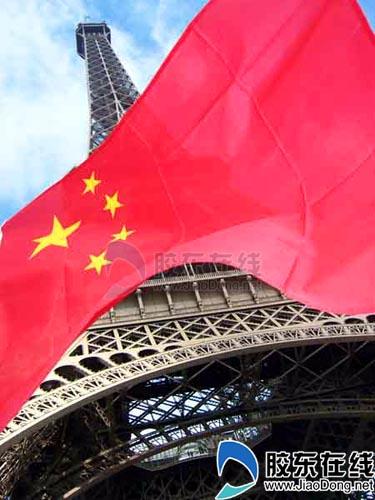 埃菲尔铁塔下的五星红旗