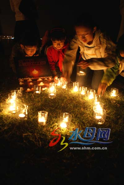昨晚,部门市民带孩子自发到海边点燃蜡烛为地震灾区人民祈祷,悼念