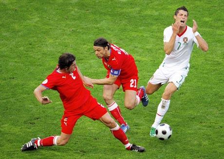 捷克VS葡萄牙小小罗遭遇对手暗算