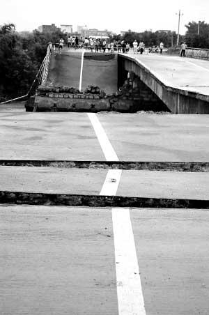 在深汕高速霞湖出口,记者看到通往陆丰大安镇的道路
