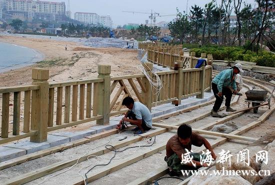 工人正在铺设防腐木甬道