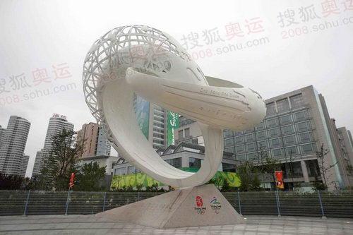 奥帆中心前的雕塑作品 连接奥运 奥运官网李方宇摄高清图片