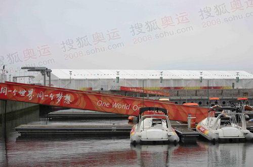 停泊着的水艇 奥运官网李方宇摄 奥运官网记者探访青岛奥高清图片