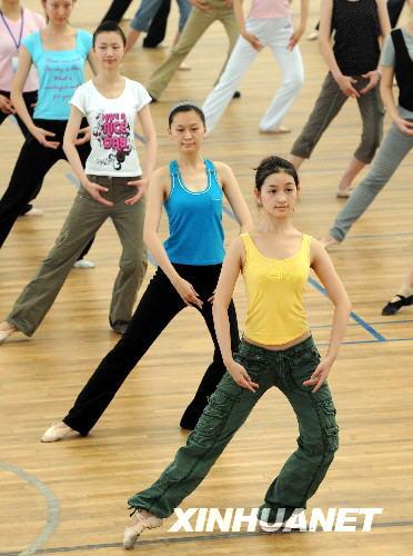 7月24日,形体颁奖语言志愿者在跳高奥运礼仪培训.小蚱蜢学接受教案舞蹈图片