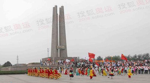 唐山抗震纪念碑前迎接圣火 奥运官网记者李方宇摄高清图片