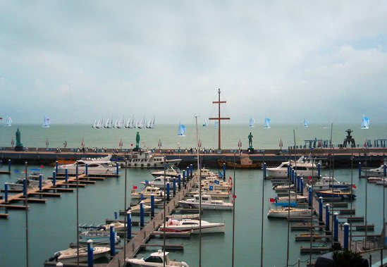 2008奥帆赛训练基地银海国际游艇俱乐部   青岛新闻网讯随着青岛奥运村的开村,作为2008奥帆赛训练基地、国家AAAA级旅游景区的银海国际游艇俱乐部圆满完成了50多个国家1800多名运动员的训练接待任务,至此,这颗青岛奥运旅游的新星正式对外全面开放。   银海国际游艇俱乐部位于2008奥帆赛ABCDE五个比赛区的最好区域中间银海码头,加上俱乐部大坝本身就处于深海区,地理位置得天独厚,是观看08奥帆赛的最佳场地。银海国际游艇俱乐部充分利用有利的观赛资源,为方便市民游客更加清楚的观看帆船比赛赛事情况