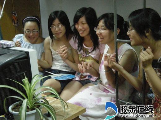 山东工商学院女生观看奥运会