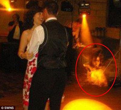 """英国一对新人婚礼照片中发现神秘""""鬼影""""(图"""