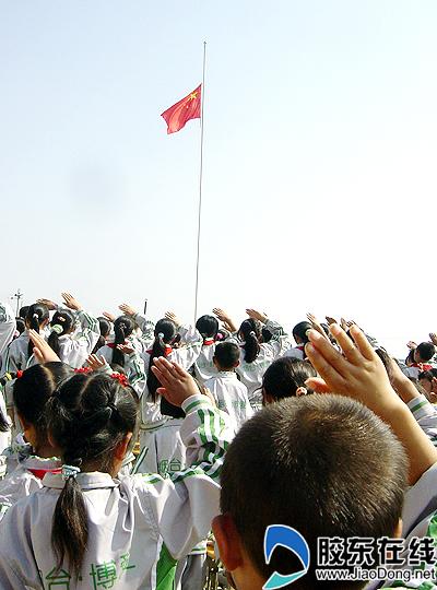 向国旗敬礼简笔画-北川学生穿上烟台校服迎来新学期