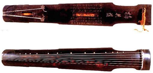 古琴由于长期演奏的振动和木质,漆底灰胎的不同,可形成断纹.