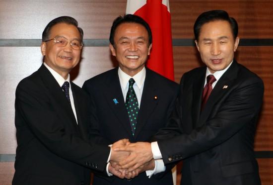 会议开始前合影.新华社记者 姚大伟 摄-温家宝出席中日韩领导人会议图片