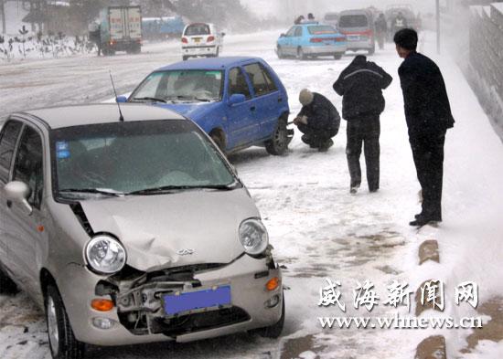 203省道崮山路段因路滑发生追尾事故   12月21日下午,受降雪天气影响,市区发生车辆侧滑、刮擦、追尾等事故的数量较往常增多。在交警的积极疏导下,才得以畅通。   当日下午,记者驾车从经区泊于镇往市区方向行驶。因为雪天路滑,路上车辆大都放慢了速度。即便如此,记者还是不时能看到抛锚的车辆和追尾的交通事故。下午2时10分,当行至崮山大桥西约2公里的坡路段南侧时,记者看到,一辆面包车因刹车不及时,与一辆黑色桑塔那轿车相撞后,滑至路边绿化带内。在面包车西侧不远处,记者又发现,一辆出租车在下坡过程中与一辆面包车
