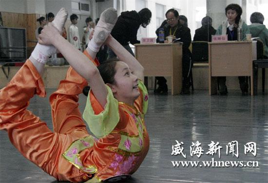 在山大威海分校考场,舞蹈专业的考生在展示才艺.(记者 于启波 摄图片