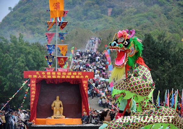 4月3日,在广西百色市田阳县敢壮山布洛陀文化遗址,当地群众在拜祭