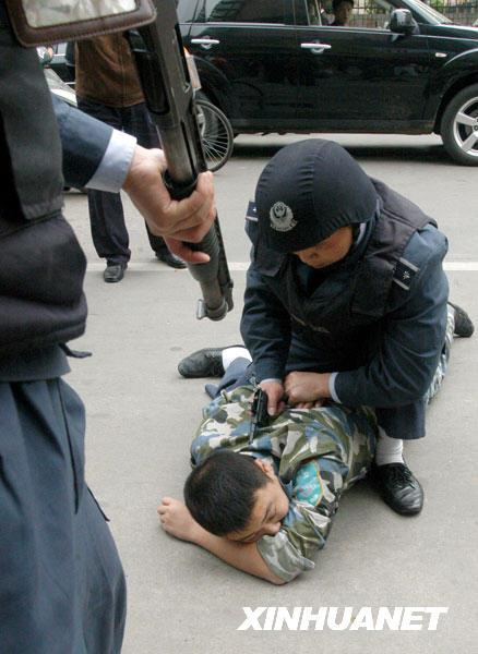 南昌保安公司与银行联手举行防抢劫演练