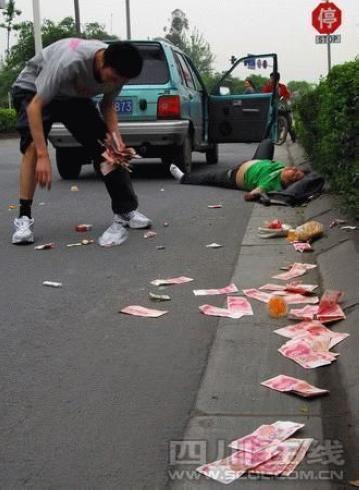 女子男女吵架车窗盛怒下将5000元扔出街边(图的a女子搞笑冷到天气图图片