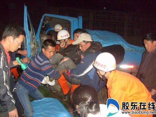 莱阳消防午夜营救被困司机(图)-莱阳,消防