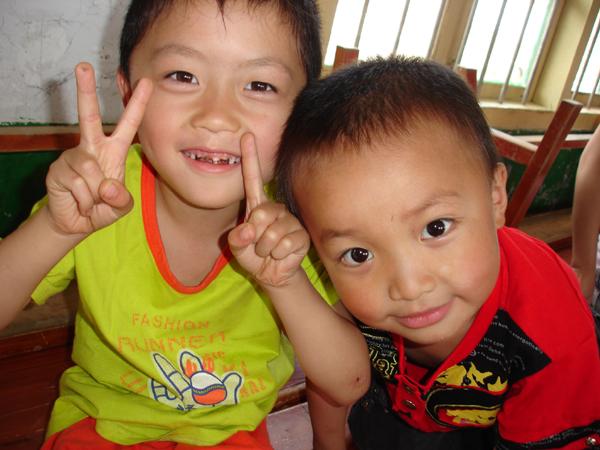 作品简介: 我是华南农大大一的学生,今年暑假我作为校团委木棉之缘助学社志愿者之一赴福建永安上坪乡中心小学支教,并作贫困生资料采集回访等活动。我们希望带给山里的孩子山外的感受。这张照片是在我们进行互动游戏时候拍下的。这里的小孩子无忧无虑,天真可爱,面对镜头的微笑也是那么的纯洁无邪。孩子的微笑时刻感染着我,无论生活变成怎样,也要记得微笑!