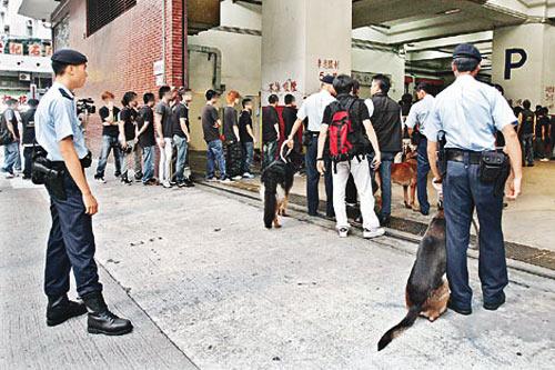 香港黑帮老大李泰龙_香港黑帮大哥举殡 近千人吊唁逾百警戒备(图)