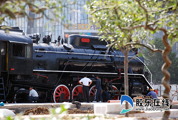 火车站南广场蒸汽机火车头油漆一新(图)