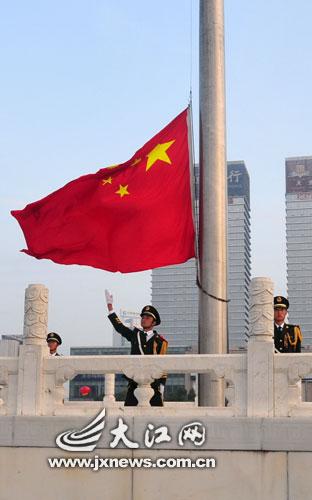 南昌八一广场举行隆重的升旗仪式(本文图片均由大江网记者