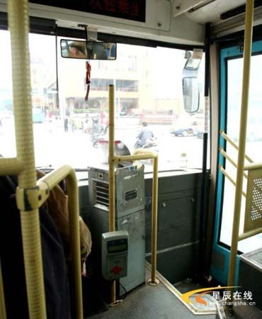 """烟台市公交车线路_长沙一公交刷卡机装得低 乘客要先""""鞠躬""""(图)-公交-新闻中心"""