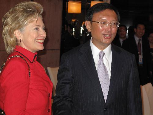国务卿希拉里-克林顿(左)和中国外交部长杨洁篪在新加坡出席亚太