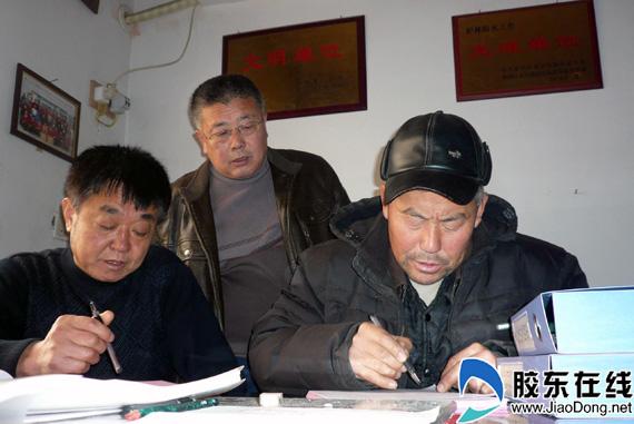 莱山区滨海路街道办事处孔家滩社区的居民正在填写民