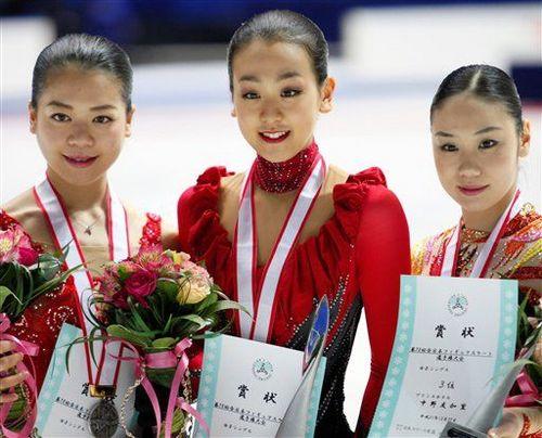 左起为:亚军铃木明子,冠军浅田真央