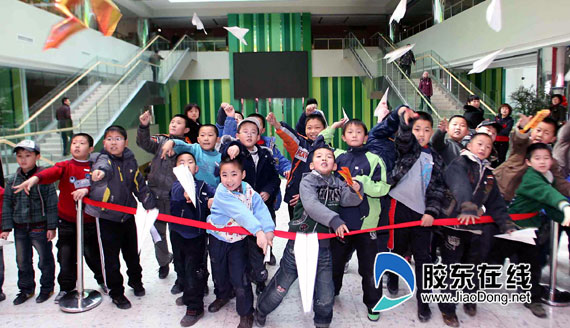 """第二届""""快乐满天飞""""创意纸飞机比赛活动在此举行,来自市区的300多名小"""