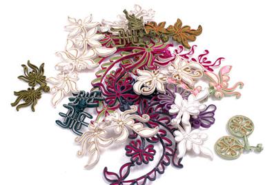 """盘扣的扣子是用称为""""袢条""""的折叠缝纫的布料细条编织而成,这和现代用"""