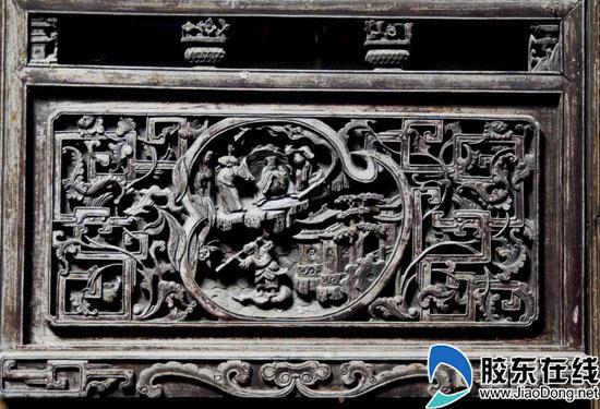 木雕是徽居建筑艺术中的主要成份,它主要表现在梁柱斗拱、屏风门扇等位置,内容十分广泛。房梁斗拱处有传统戏曲、民间故事、神话传说和渔、樵、耕、读、宴饮、品茗、出行、乐舞等生活场景;屏风门扇上多雕有人物、山水、花草、鸟兽及八宝、博古等。雕刻手法多样,有线刻、浅浮雕、高浮雕透雕、圆雕和镂空雕等。这些木雕均不饰油漆,而是通过高品质的木材色泽和自然纹理,使雕刻的细部更显生动。   在婺源,精美的木雕不仅存在于祠堂中,许多明清时期的官宦、富商古宅里,木雕、砖雕作品也十分精美。