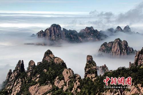 安徽黄山风景区阵雨初晴 惊现瀑布云奇观(图)