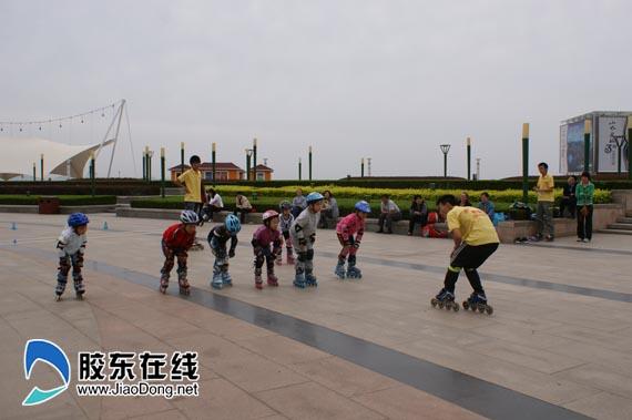 超九成轮滑教练无证上岗家长称不介意__网上