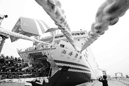 船舶总长163.95米,型宽25米,总吨位2万余吨.