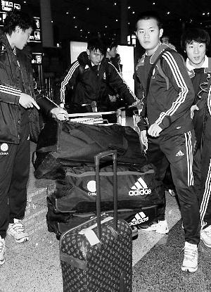 朝鲜回国编织袋装行李 郑大世朴素对比国足lv