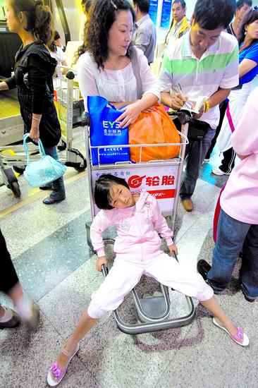 飞机降落后,大家仍显得惊魂未定,一名旅客甚至忘了脱下氧气面罩.