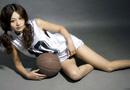 足球宝贝身着篮球明星球衣 大秀修长美腿(组图)