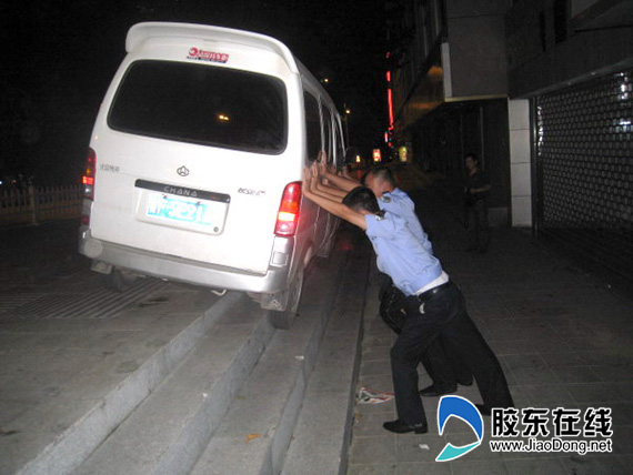 招远交警深夜救助一受困车辆