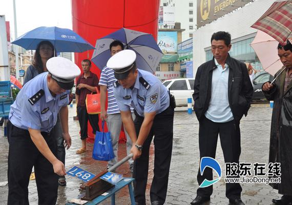 市交警举行假牌假证销毁仪式