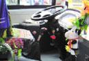 女司机用大量玩偶装扮公交车(图)