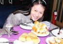 排球美女赵蕊蕊过生日 享受蓝莓蛋糕面包像小山
